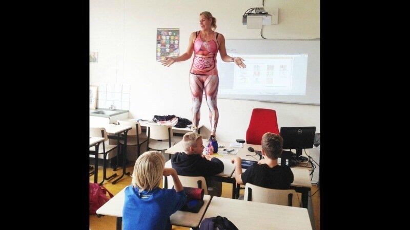 женщина показывает анатомию на себе перед классом видео